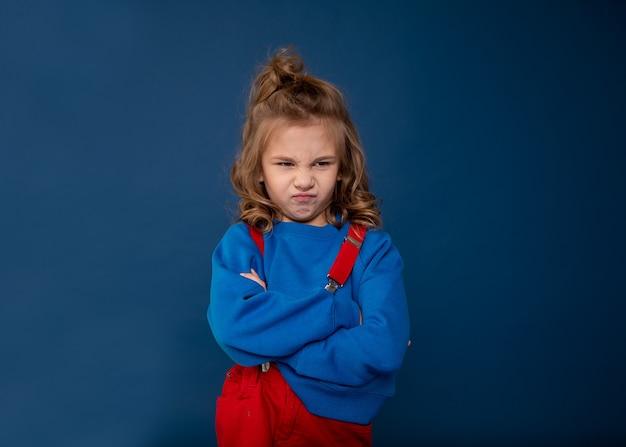Verwöhntes kind, ungezogenes baby, kinderlaunen. schönes kleines mädchen, das charakter zeigt. konzept der kinderkrisenpsychologie. nahaufnahmefoto