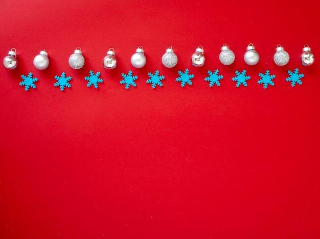 Verzieren sie weihnachten und neues jahr auf rotem hintergrund