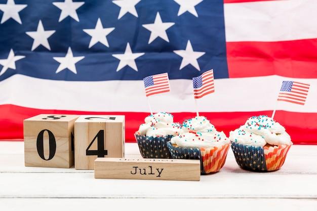 Verziert mit amerika-flaggenkuchen am 4. juli