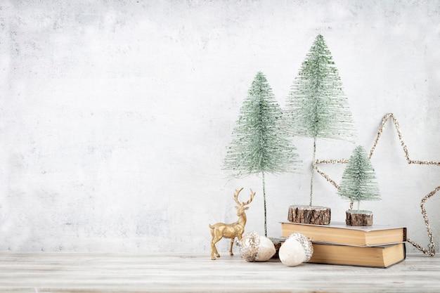 Verziert mit weihnachtsbaumdekorationshintergrund. feierkonzept für silvester.