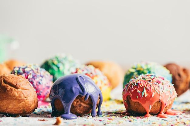 Verzierte donuts auf einer küchentheke.