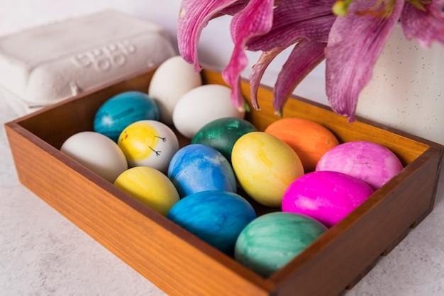 Verzierte eier auf tablett