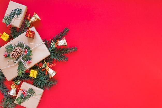 Verzierte geschenkboxen auf weihnachtszweig