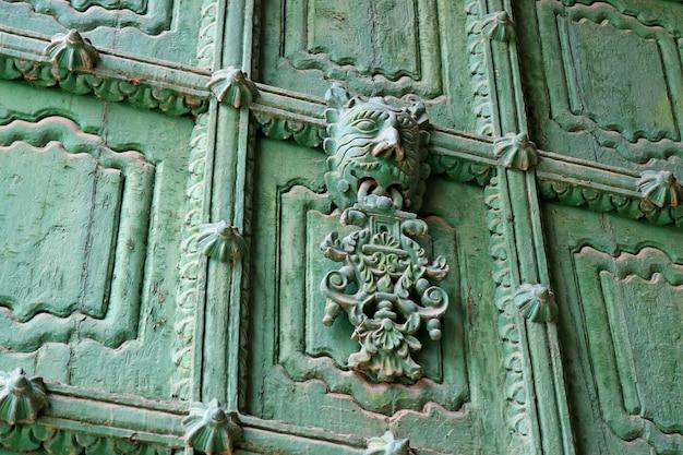 Verzierte grüne haustür von puno cathedral, puno, peru