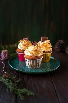 Verzierte kleine kuchen mit weihnachtsverzierungen
