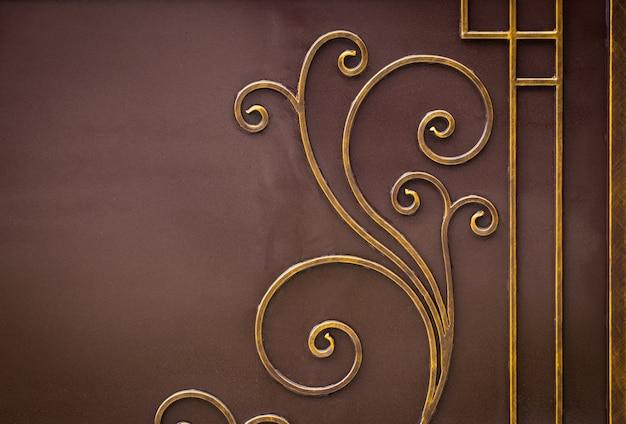 Verzierte schmiedeeiserne elemente der metalltordekoration