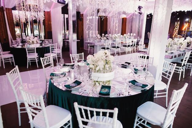 Verzierte tabellen für die heirat im restaurant