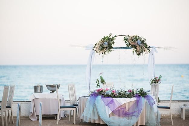 Verzierte tabellen für einen hochzeitsempfang am strandurlaubsort