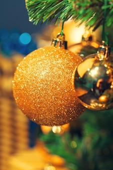 Verzierte weihnachtsbaumnahaufnahme.