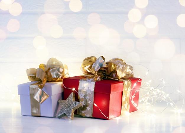 Verzierte weihnachtsfeiertagsgeschenke