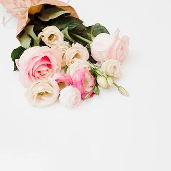 Verzierter blumenblumenstrauß auf weißem hintergrund