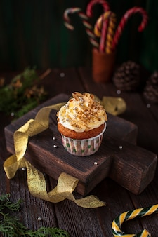 Verzierter kleiner kuchen mit weihnachtsverzierungen