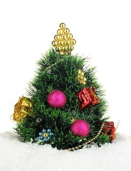 Verzierter künstlicher weihnachtsbaum lokalisiert auf weiß