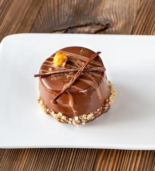Verzierter schokoladenkuchen auf dem weißen teller