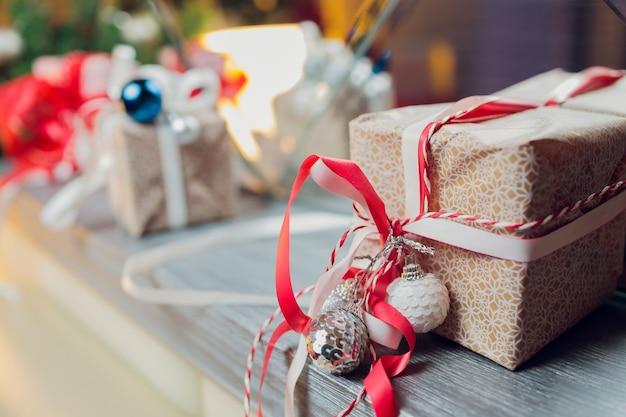 Verzierter weihnachtsbaum auf unscharfem, funkelndem und feenhaftem hintergrund
