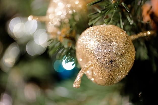 Verzierter weihnachtsbaum auf verschwommenem, funkelndem und feenhaftem