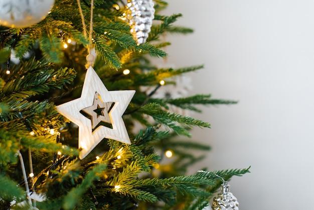 Verzierter weihnachtsbaum auf weiß