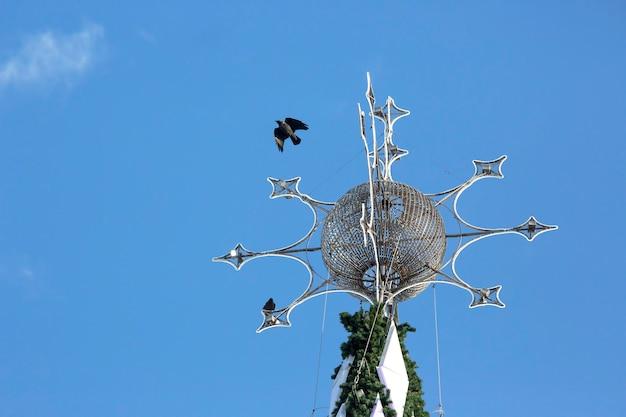 Verzierter weihnachtsbaum über blauem himmel