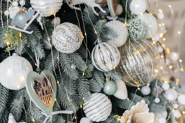 Verzierter weihnachtsbaum. weihnachtsspielzeug.