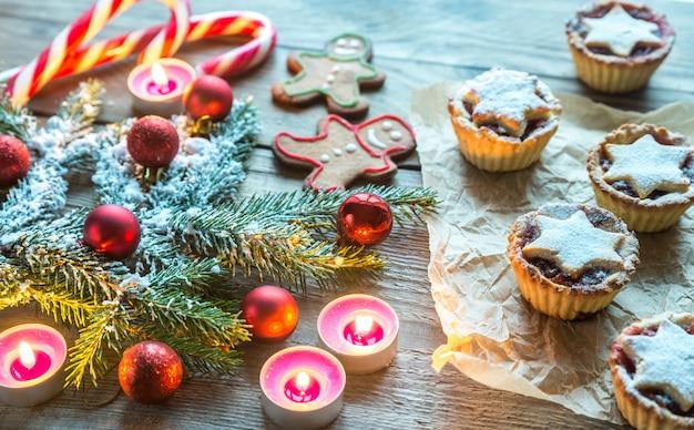 Verzierter weihnachtsbaumzweig mit feiertagsgebäck