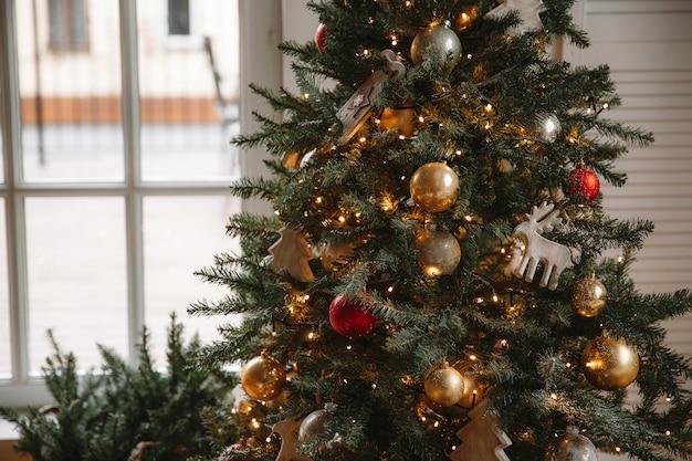 Verzierter weihnachtsraum mit schönem tannenbaum