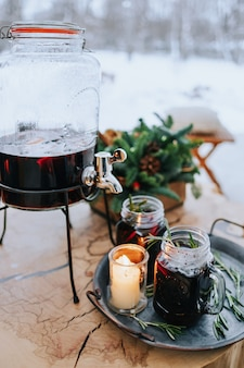 Verzierter weihnachtstisch mit einem glas glühwein im freien