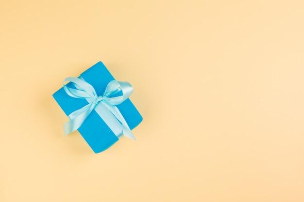 Verziertes farbiges geschenk auf gelbem hintergrund flatlay