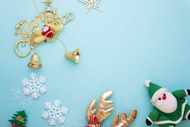 Verzierungen der frohen weihnachten und dekorationeinzelteile auf pastellfarbhintergrund