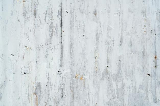 Verzinkte platte mit weißer farbe lackiert. leerer weißer wandbeschaffenheitshintergrund. abblätternde farbe auf weißer wand.