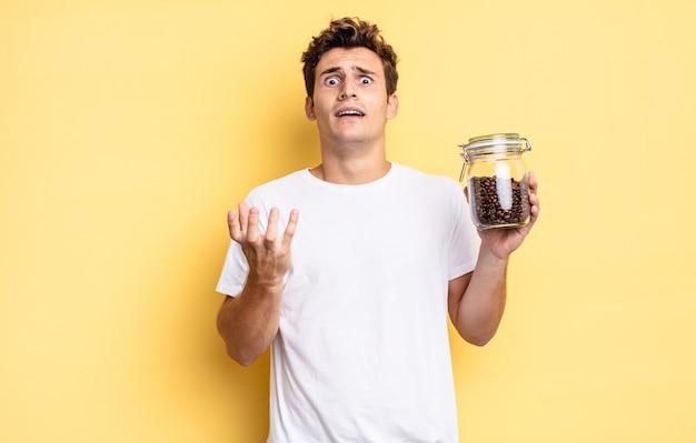 Verzweifelt und frustriert aussehend, gestresst, unglücklich und genervt, schreiend und schreiend. kaffeebohnen-konzept