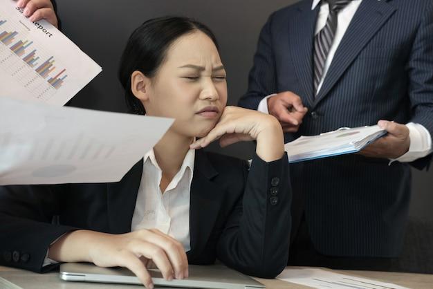 Verzweifelte geschäftsfrau überwältigt mit harter arbeit. überarbeitete frau, die unter stress leidet