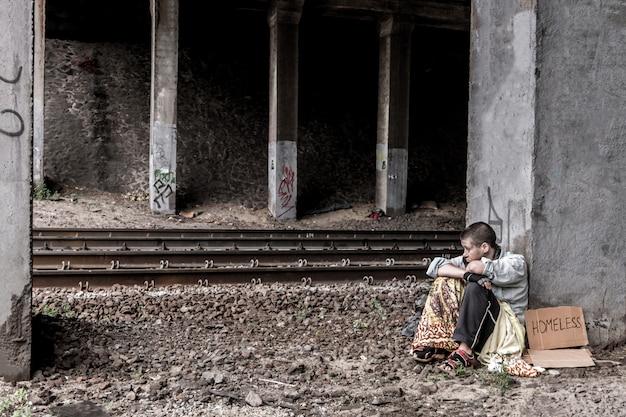 Verzweifelte obdachlose frau