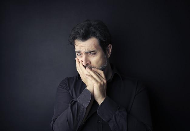 Verzweifelter, trauriger mann