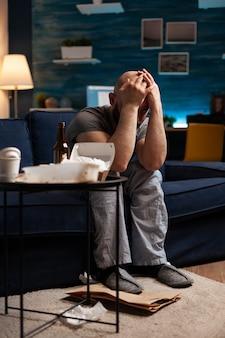 Verzweifelter verletzlicher gestresster einsamer mann mit kopfschmerzen, der sich traumatisiert, deprimiert, beleidigt, verletzt einsam fühlt und an bipolarer störung, belästigung, herzschmerz leidet. psychische probleme
