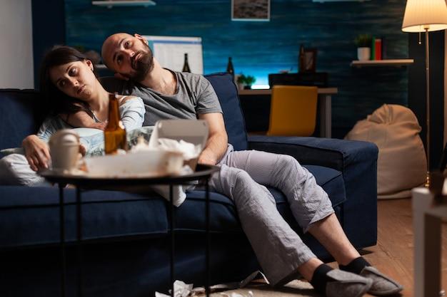 Verzweifeltes junges paar mit angstproblemen, das mit psychischen problemen zu kämpfen hat
