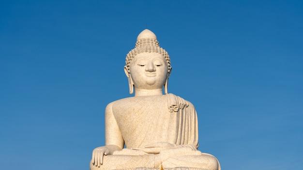 Vesak-tageshintergrundkonzept des klaren blauen himmelhintergrunds des großen buddha in phuket thailand.