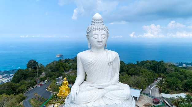 Vesak-tageshintergrundkonzept von großem buddha über hohem berg in phuket thailand