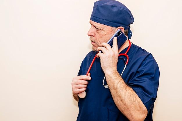 Veteran arzt spricht mit einem smartphone