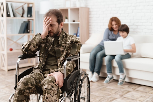 Veteran im rollstuhl kehrte von der armee zurück.