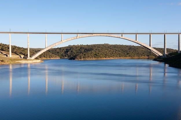 Viadukt oder brücke des ave-hochgeschwindigkeitszuges über den almonte in caceres, extremadura. madrid - extremadura linie. adif alta velocidad