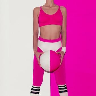 Vibrationen beim fitnesstraining. fußball. pop-art-stil. mode mädchen