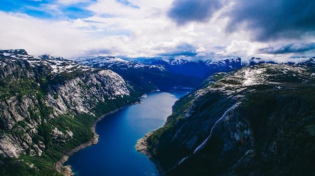 Vibrierende ansicht des schönen sommers auf berühmtem norwegischem touristischem platz - trolltunga, die schleppangelzunge mit einem see und berge, norwegen, odda.