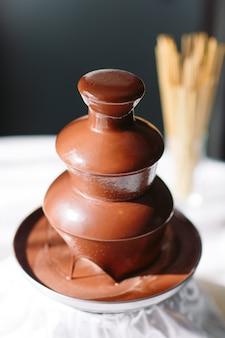 Vibrierendes bild des schokoladenbrunnens fontain auf partei.