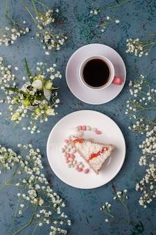 Victoria biskuitscheiben mit einer tasse kaffee auf licht