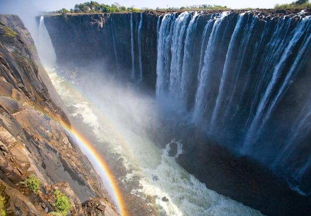 Victoriafälle eine gesamtansicht mit einem regenbogen
