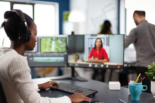 Video-editor in web-online-konferenz mit projekt-ersteller bei videoanruf