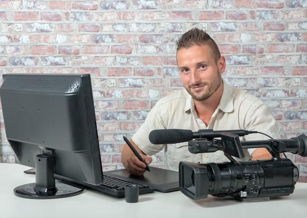 Video editor mit computer und professioneller videokamera