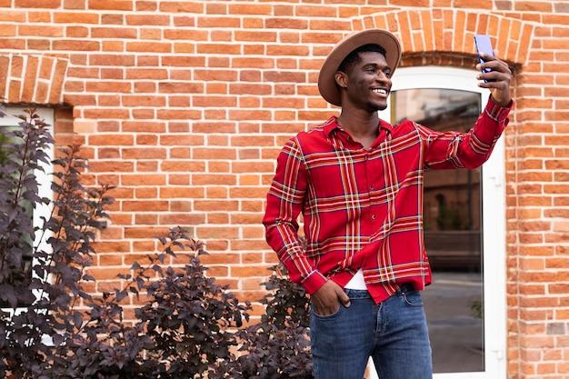 Video eines jungen männlichen erwachsenen, der auf seinem telefon spricht