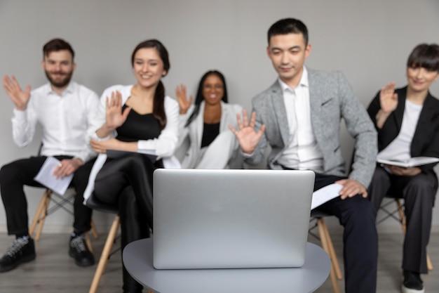 Videoanruf für mitarbeiter mit mittlerer einstellung