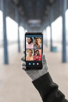 Videoanruf in der vorderansicht auf dem smartphone